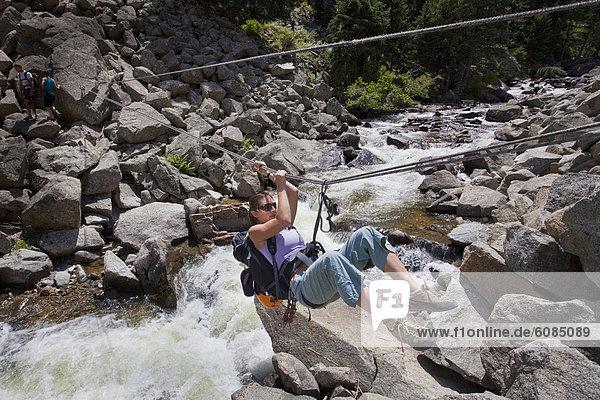 Frau  ziehen  Bach  überfahren  Boulder  Linie