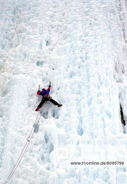 aufwärts Wasserfall Klettern gefroren