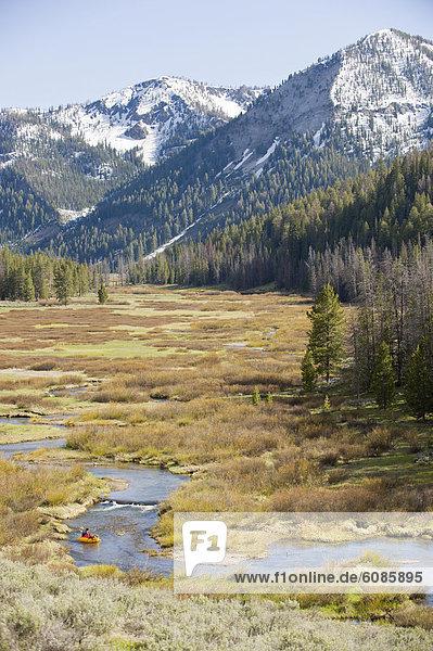 hoch  oben  nahe  Mann  klein  Berg  Fluss  Paddel  Wiese  jung  aufblasen  Lachs  Idaho  Floß