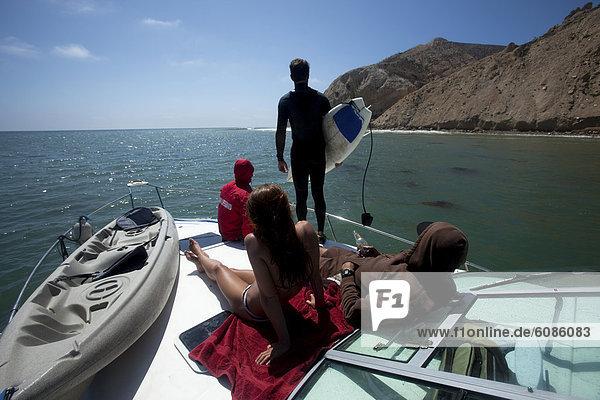 einsteigen  Freundschaft  Start  halten  Boot  springen  abhängen  3  4  Brandung  Schiffswache