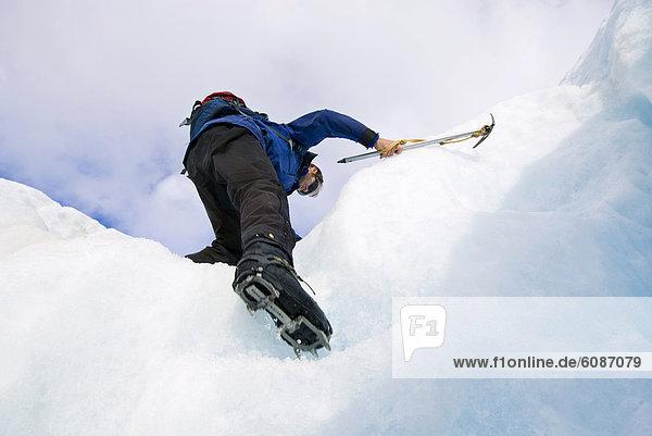 hoch  oben  Mann  Axt  Eis  Klettern  jung  Neuseeland