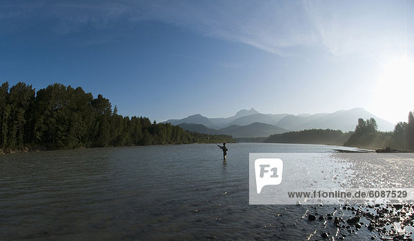 Mann  Fluss  angeln  Gummistiefel  Squamish  British Columbia