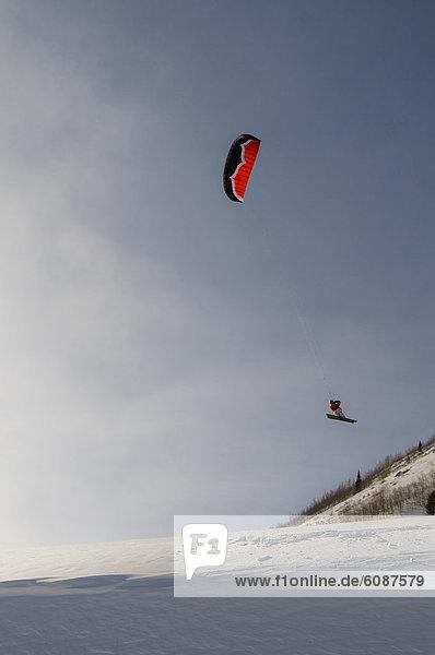 hoch  oben  fliegen  fliegt  fliegend  Flug  Flüge  Mann  über  Hügel  Boden  Fußboden  Fußböden  Skisport  Colorado  Silverton