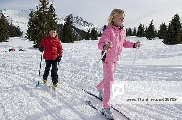 überqueren  Junge - Person  Wald  Skisport  jung  Mädchen  Colorado  Kreuz