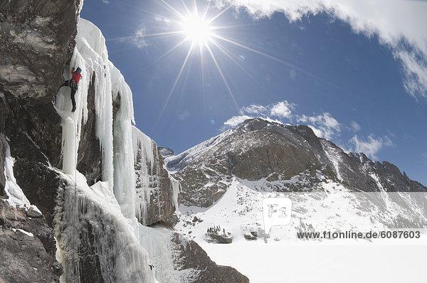 hoch  oben  Frau  Berg  See  Eis  Wasserfall  klettern  Colorado  gefroren