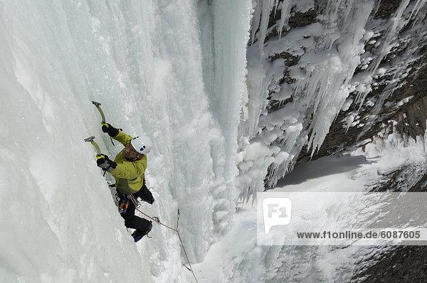 hoch  oben  Berg  Mann  See  Eis  Wasserfall  klettern  Colorado  gefroren