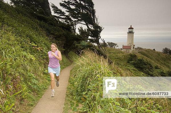 Frau  folgen  rennen  Leuchtturm