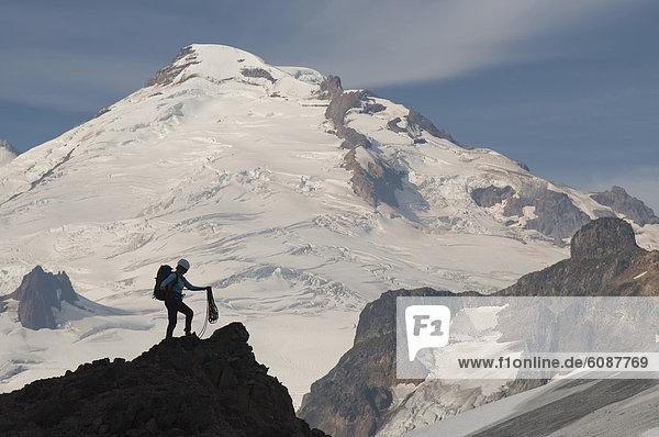 Bergsteiger  stehend  Frau  Berg  Bäcker  Mount Baker  unterhalb