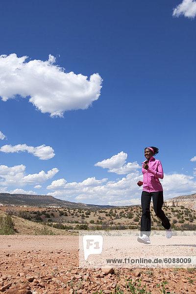 Frau  rennen  Fernverkehrsstraße  schmutzig  Mexiko  vorwärts  neu