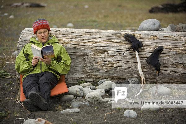 Mann  lesen  Buch  Küste  camping  Desorientiert  1  Taschenbuch  Kalifornien