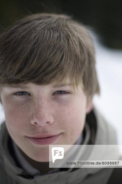 Außenaufnahme  Portrait  Winter  Junge - Person  jung