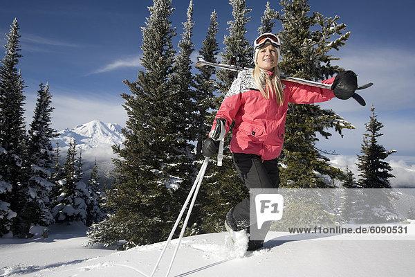 Frau  Ski  tragen  Stange  Hintergrund  wandern  Ansicht  Mount Rainier Nationalpark  Schnee