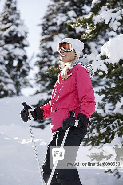 zwischen  inmitten  mitten  Frau  Ski  Baum  Schnee