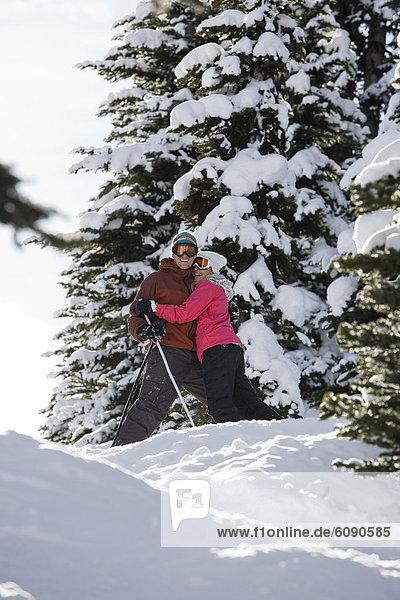 Fröhlichkeit  Tag  lächeln  Ski  Sonnenlicht  jung  umarmen