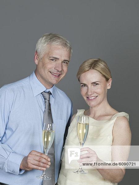 Reife Paare trinken Sekt  lächelnd  Portrait