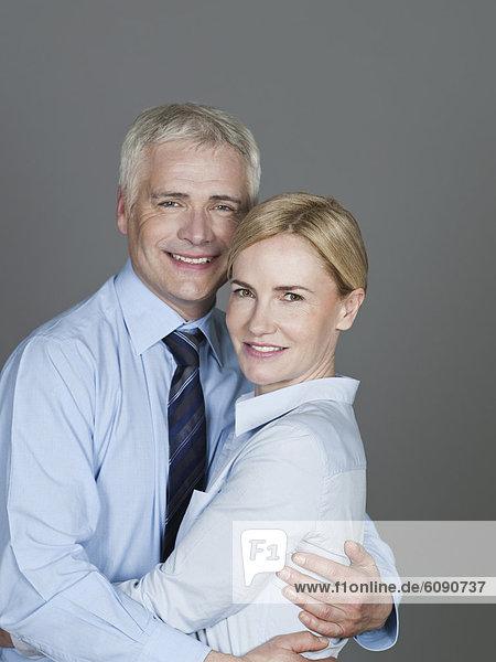 Reife Paare umarmen sich  lächelnd  Portrait