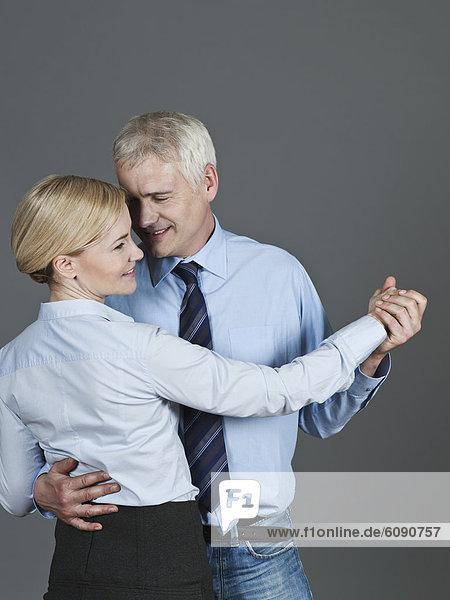 Reife Paare tanzen  lächeln