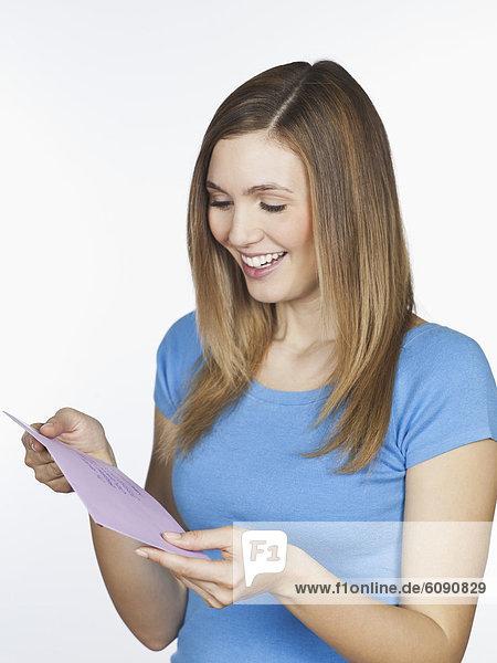 Junge Frau mit Brief  lächelnd