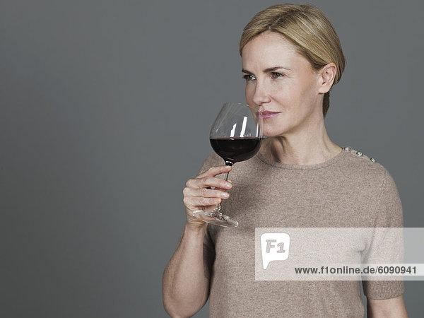 Reife Frau trinkt Wein