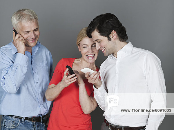 Männer und Frauen mit Handy