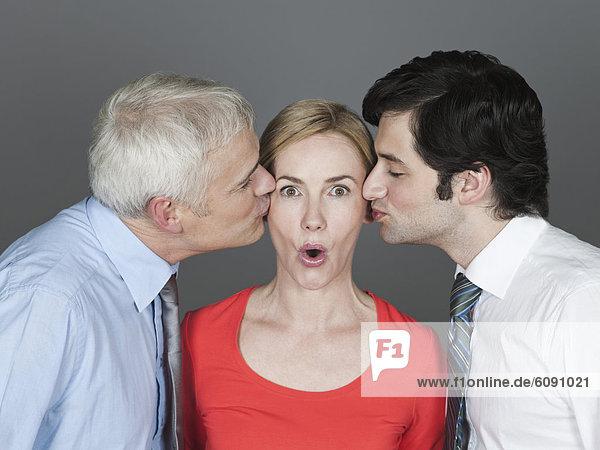 Männer küssen Frau  Nahaufnahme