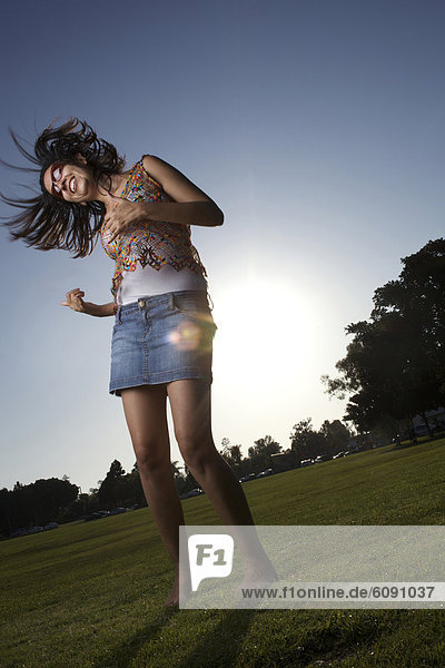 Frau  Fröhlichkeit  tanzen  Feld  Sonnenlicht Frau ,Fröhlichkeit ,tanzen ,Feld ,Sonnenlicht