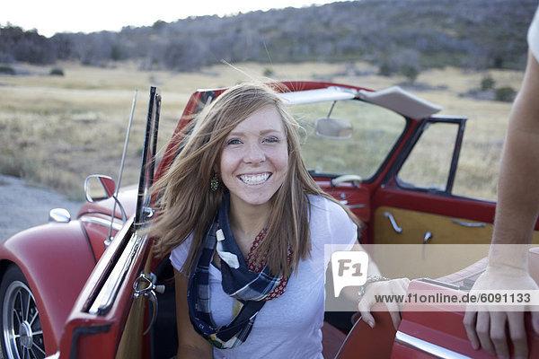 lächeln  Auto  Fernverkehrsstraße  Retro  parken  innerhalb  Blick in die Kamera  jung