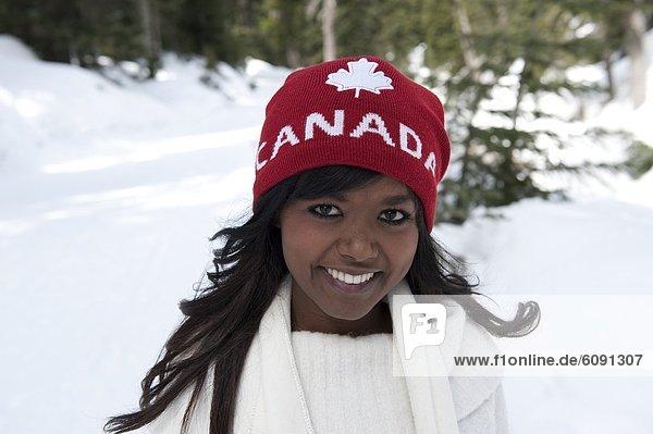Portrait  Frau  Hut  Schnee  Hintergrund  amerikanisch  rot  jung  Kleidung  Kanada