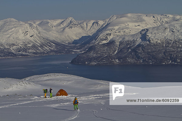 Norwegen  Männer stehen am Zelt auf schneebedecktem Land
