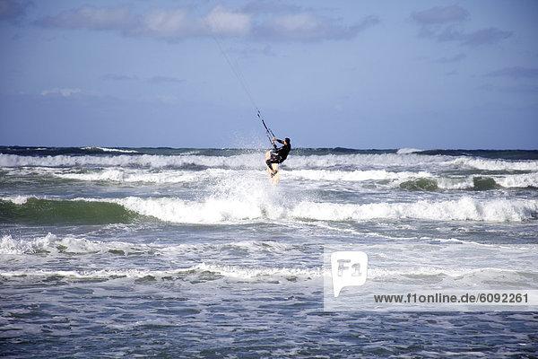 einsteigen  Kitesurfer  springen  Wasserwelle  Welle