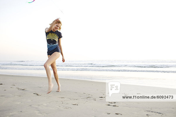 Farbaufnahme  Farbe  Strand  Band  Bänder  Spiel  jung