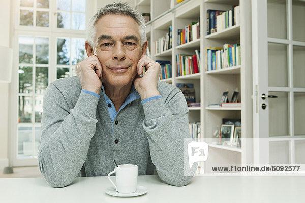 Senior mit Kaffeetasse  Portrait