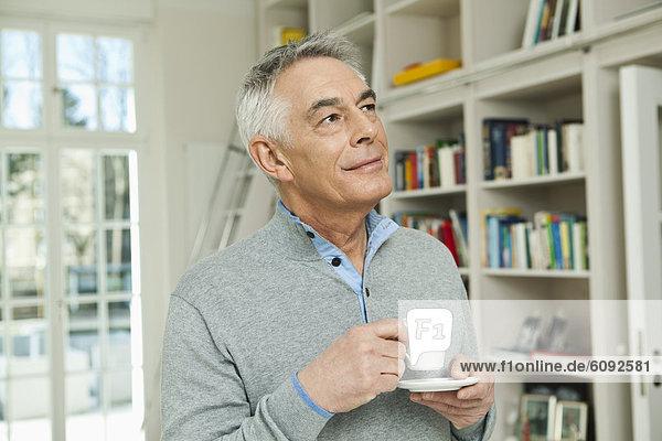 Senior Mann mit Kaffeetasse