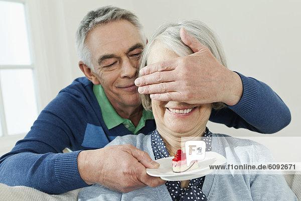 Mann überraschende Frau mit Servierkuchen