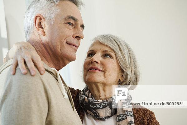 Deutschland  Berlin  Seniorenpaar lächelnd