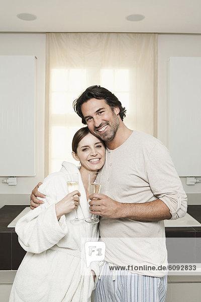 Deutschland  Berlin  Ehepaar im Bad mit Sekt