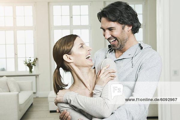 Deutschland  Berlin  Ehepaar lächelnd