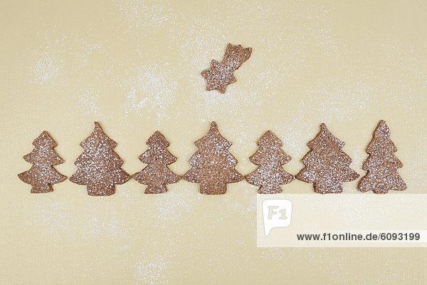 Gebackene Weihnachtsplätzchen mit Puderzucker Gebackene Weihnachtsplätzchen mit Puderzucker