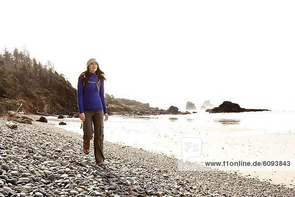 Frau  Felsen  Strand  wandern  Einsamkeit