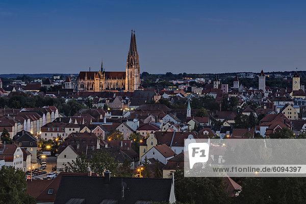 Deutschland  Bayern  Regensburg  Blick auf die Peterskirche bei Nacht