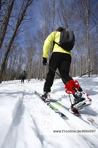 Frau  Fröhlichkeit  Skisport  unbewohnte  entlegene Gegend  West Virginia