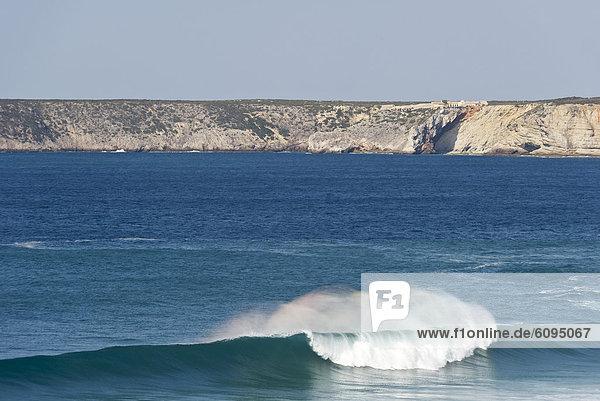 Portugal  Algarve  Sagres  Blick auf den Atlantik mit brechenden Wellen und Klippe im Hintergrund