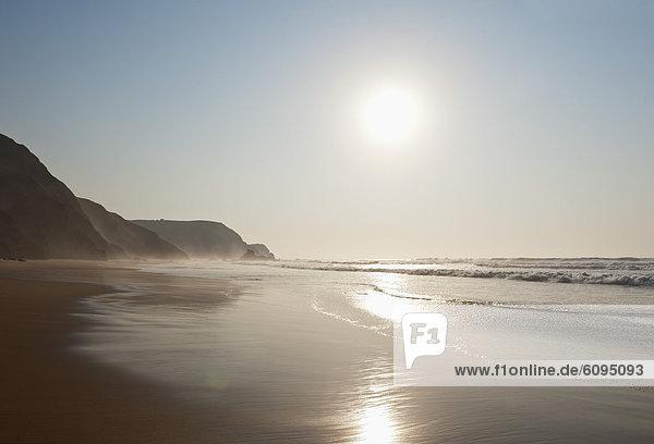 Portugal  Algarve  Sagres  Blick auf den Strand bei Sonnenuntergang