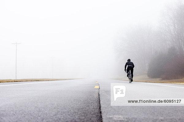 niedrig  Mann  radfahren  06 Perspektive  Nebel  Hintergrund  1  Winkel