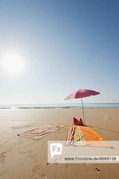 Portugal  Algarve  Sagres  Sonnenschirm und Decke am Strand