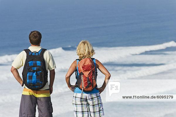 Portugal  Mann und Frau beim Blick auf die Atlantikküste