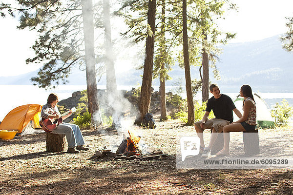 sitzend  See  camping  Feuer  jung  Idaho