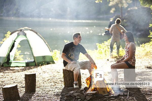 sitzend  See  camping  Feuer  jung  Idaho