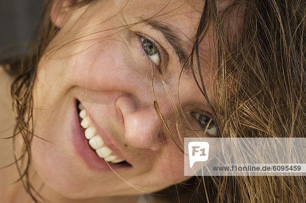 Griechenland  Mittlere erwachsene Frau lächelnd  Portrait