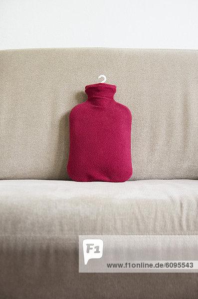 Deutschland  Wärmflasche auf Sofa